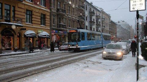 Trikken på Majorstua - vintervær med snø og vind.