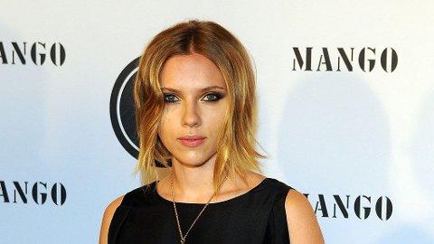 KORT HÅR: Scarlett Johansson har klippet bob.