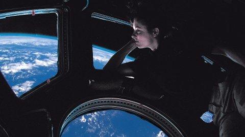Astronauten Tracy Caldwell Dyson fra Ekspedisjon 24 i ¿kuppelen¿. Romstasjonsmannskapet blir aldri trett av å betrakte den stadig skiftende jordkloden under.