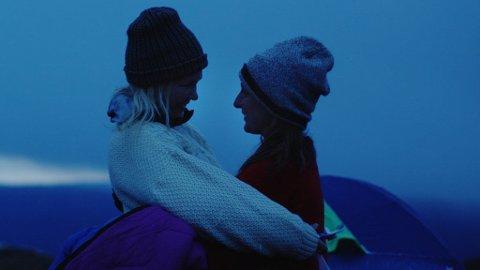 Ellen Dorrit Petersen og Marte Magnusdotter Solem i Ole Giævers «Fjellet». - Historien kunne utspilt seg hvor som helst, men det blir nok noe eget med det norske fjellandskapet i bakgrunnen, sier han.