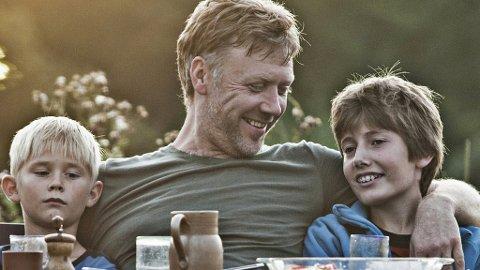 MIKAEL PERSBRANDT spiller en litt annen rolle i Susanne Biers nye film enn vi er vant til å se ham i.