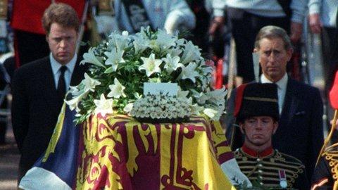 Prinsesse Diana av Wales ble begravet i London 6. september 1997. Bak båren gikk hennes bror, Charles Spencer (t.v.) og eks-mann, prins Charles (t.h.).