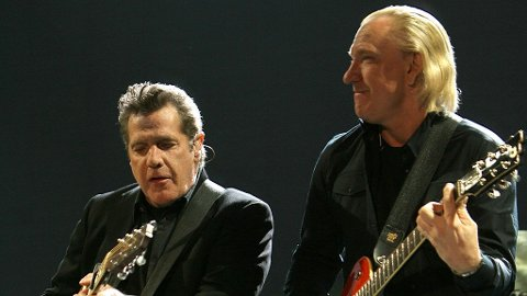 Glen Frey og Don Henley på scenen - i sommer ser du dem både i øst og vest her hjemme.