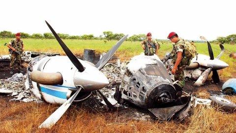 NARKOFLY: Guatemalsk politi inspiserer et utbrent flyvrak i Petén. Maskinen ble brukt til frakting av kokain. De meksikanske narkogutta er borte vekk.
