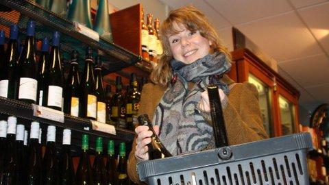 VELGER VIN: Tine Nørregård fra Oslo unngår sprit når hun besøker Vinmonopolet.