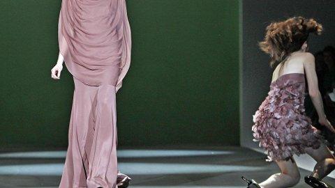 UHELDIG: En modell falt på catwalken under Christian Siriano visningen i New York.