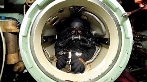 I TORPEDORØRET: Å ligge innestengt i et av torpedorørene, er ikke noe for folk med klaustrofobi. Likevel klarer opptil fire mann å presse seg sammen inne i røret.