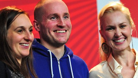 OLE GIÆVER omkranset av sine to kvinner i filmen Fjellet, Marte Magnusdatter Solem og Ellen Dorrit Petersen (th).