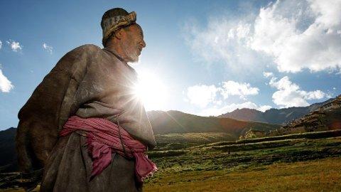 Phunchok Yangayal (75) titter inni soloppgangen og suger til seg den friske Himalaya-lufta. Men han hevder det ikke er omgivelsene som har gjort ham til en sprek gamling. ¿ Drikk gjæret rugmel hver dag, og du holder deg sprek og ung, forfekter han.