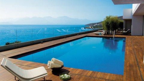 Vi setter stadig høyere krav til standard når vi reiser på ferie, som her fra Elounda Beach på Kreta.