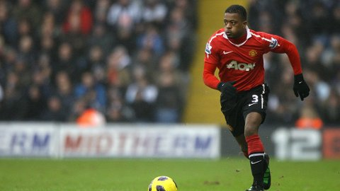 FIRE NYE ÅR: Manchester United har sikret seg Patrice Evra for fire nye år.