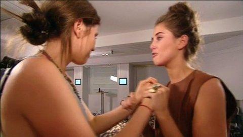 UTE: Det ble et tårevått avskjed mellom søstrene, Darja Barannik på 20 år og lillesøsteren Katarina Barannik på 18 år, da Darja (t.h.) røk ut av konkurransen.