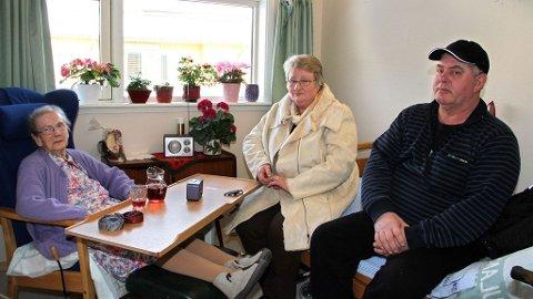 Smått: Stolen som Gunvor Svensen sitter i står helt inntil veggen. Hun har bena helt inn mot sengekanten og besøkende må sitte i sengen, eller på en stol som må flyttes hvis naboen skal på toalettet. Familien synes det er deprimerende å se hvordan boforholdene er.
