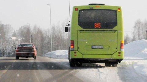 Politiet var vitner til at en bussjåfør fra Unibuss varslet medtrafikanter om kontroll langs fylkesvei 171 på Lundermoen tirsdag ettermiddag. Denne bussen har ikke noe med saken å gjøre.