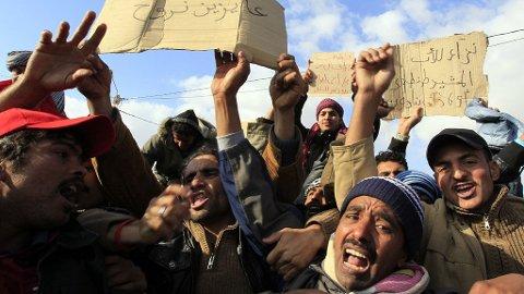 DESPERATE: Egyptiske menn ved grenseovergangen Ras Jdir.