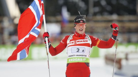Tarjei Bøe går over mål og sikrer Norge seieren i mixed stafett under VM i skiskyting i Kanthy-Mansijsk i Sibir i Russland torsdag ettermiddag.
