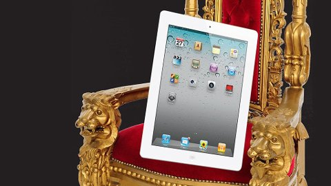 """Det nye nettbrettet er blitt tynnere siden sist, men det er fortsatt uaktuelt å ta med seg """"Kong iPad"""" i lommen."""