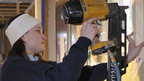 PLOMMEN I EGGET: Marte Engebretsen (22) liker seg godt som tømrer. Hun er eneste kvinne blant 80 snekkere i Tronrud Bygg AS.