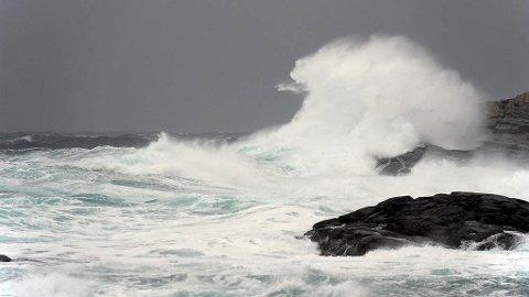 Sterk kuling fra sør gir store bølger til havs. Her på Golta utenfor Bergen.