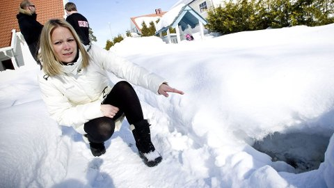 SMELTER SNØEN: - I fjor var det ett hull som var åpent om vinteren, i år er det tre, forteller Mailen Jørgensen. Snøen over hullene smelter.