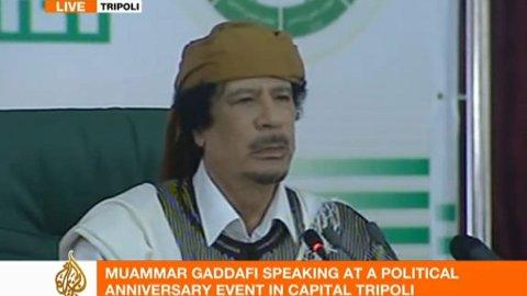 BESTEMT: Muammar Gadaffi like før onsdagens tale i Tripoli.