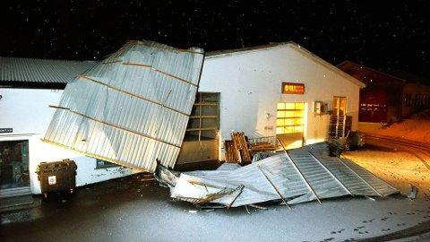 BLÅSTE AV: Taket på Brygga Båt og Fritid i Namsos ble løftet av i stormen tirsdag kveld.