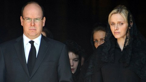 Fyrst Albert og forloveden Charlene Wittstock. Bak Charlene skimtes prinsesse Stephanie.