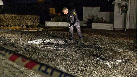 EKSPLOSJONSARTET: Den eksplosjonsartede bilbrannen i Myraveien kostet en kvinne livet. Her er politiførstebetjent Per Christian Andersen på jakt etter tekniske spor.