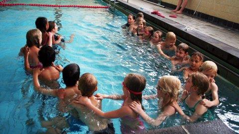 FJORÅRETS SKOLE: Ivrige barn er samlet i bassenget på Møllergata skole under fjorårets sommerskole.
