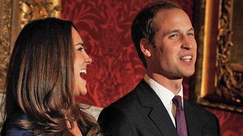PRINSEN OG HANS FORLOVEDE: Kate Middleton og Prins William i leende passiar med pressen.
