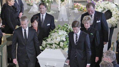 Med barnabarna Fabian Emil (t.v) og Christian August (t.h) ble Wenche Foss båret ut til tonene av «Mor Aases død» fra «Peer Gynt».