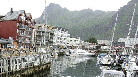 Det var her på havna i Svolvær en mann ble funnet