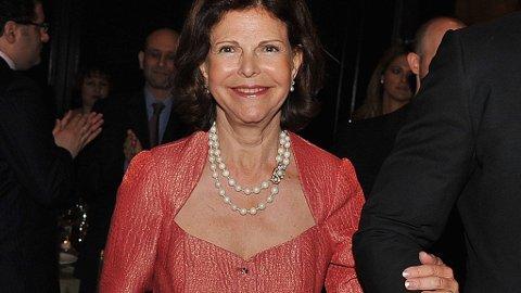 Dronning Silvia måtte støtte seg til en livvakt da hun kom til prisutdelingen tirsdag kveld.