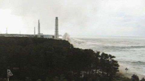 Her treffer Tsunamien atomkraftverket ved Fukushima Daiichi den 11. mars.