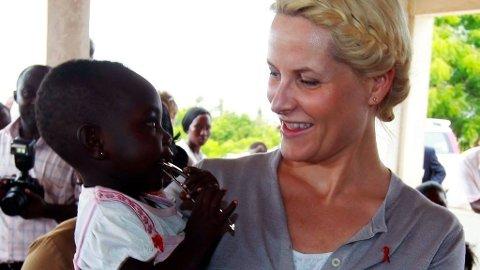 Kronprinsesse Mette-Marit i fiskelandsbyen Ekumpuanoa i forbindelse med det offisielle besøket i Ghana der hun fikk god kontakt med en liten jente på familieplanleggingsklinikken.