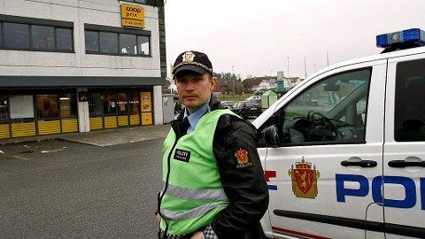 Innsatsleder Erlend Bjørnestad utenfor Prix-butikken på Hundvåg.