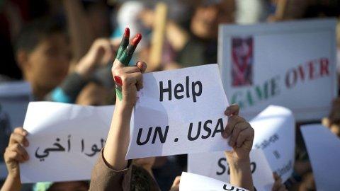 En gruppe demonstranter ber om mer hjelp mot Gaddafis styrker i MIsrata