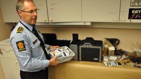 STORT FUNN: Politiinspektør Magnar Pedersen viser fram deler av svindelfunnet. Det var en turgåer i Larvik som meldte fra om to mistenkelige kofferter i en bunker nær et boligområde i Larvik.