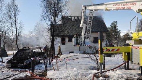 HUSBRANN: En bil med tilhenger og skuter, samt eneboligen, sto i fyr da brannvesenet kom til eneboligen i Bossekop i Alta søndag morgen.