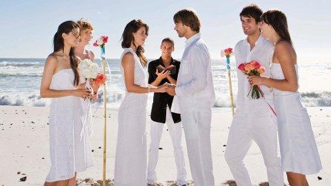 """Noen drømmer om å si """"ja"""" på en paradisisk strand eller i verdens mest romantisk by, mens andre bare vil tjuvstarte bryllupsreisen."""