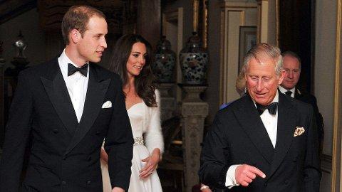 Prins Charles viste fredag at han er svært stolt av sin nye svigerdatter. Her ankommer brudeparet og Charles festen som han holdt på Buckingham Palace fredag kveld.