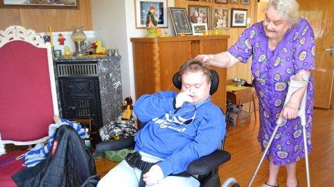 OMSORG: 84 år gammel og med krykker, er ikke Aslaug Bremset redd for å ta hånd om multihandikappede Torgrim (36) helt alene.