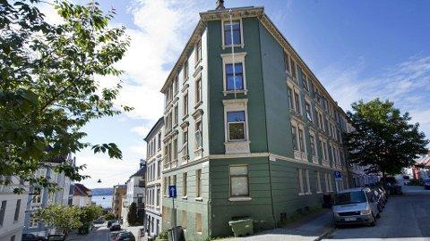 De to er tiltalt for å ha svindlet til seg denne leiegården i Jens Rolfsens vei.