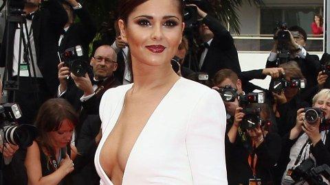 CHERYL COLE på Cannes filmfestival iført en hvit kjole med dyp utringning fra Stéphane Rolland.