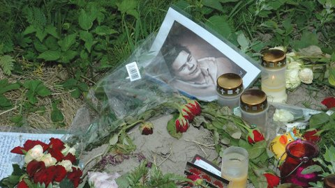 Elevene ved Hokksund ungdomsskole var mandag samlet i gymsalen på skolen til en minnestund for den omkomne skolekameraten Baard André Frøyland. På åstedet for ulykken var det lagt ned blomster og lys.