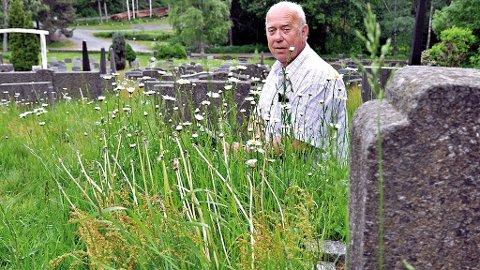 EN SKAM: John Are Nor er ikke imponert over hvordan det ser ut på Dypvåg kirkegård for tiden. - Dette er en skam for Tvedestrand, sier Nor, som minner om at Dypvåg middelalderkirke er en av de best besøkte attraksjonene i kommunen.