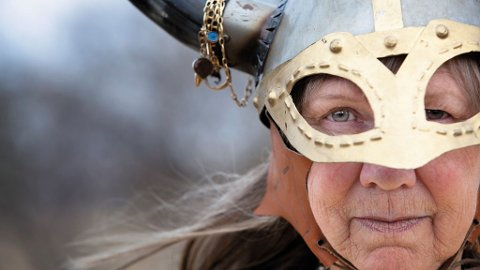 Norske vikinger hadde ikke horn på hjelmene sine. Lær mer på vikingfestival i Lofoten.