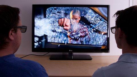 Med denne TV-en får du mulighet å se 3D med passive briller, noe som kutter kostnadene betraktelig om hele familien vil se en 3D-film sammen.