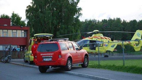 Ambulansehelikopteret stod klart på fotballbanen på Furulund i Brevik.