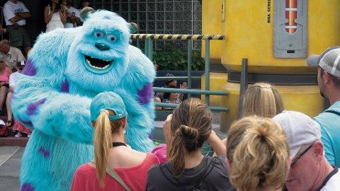 Sulley, det bløte monsteret fra filmen Monsters, Inc hilser på publikum.